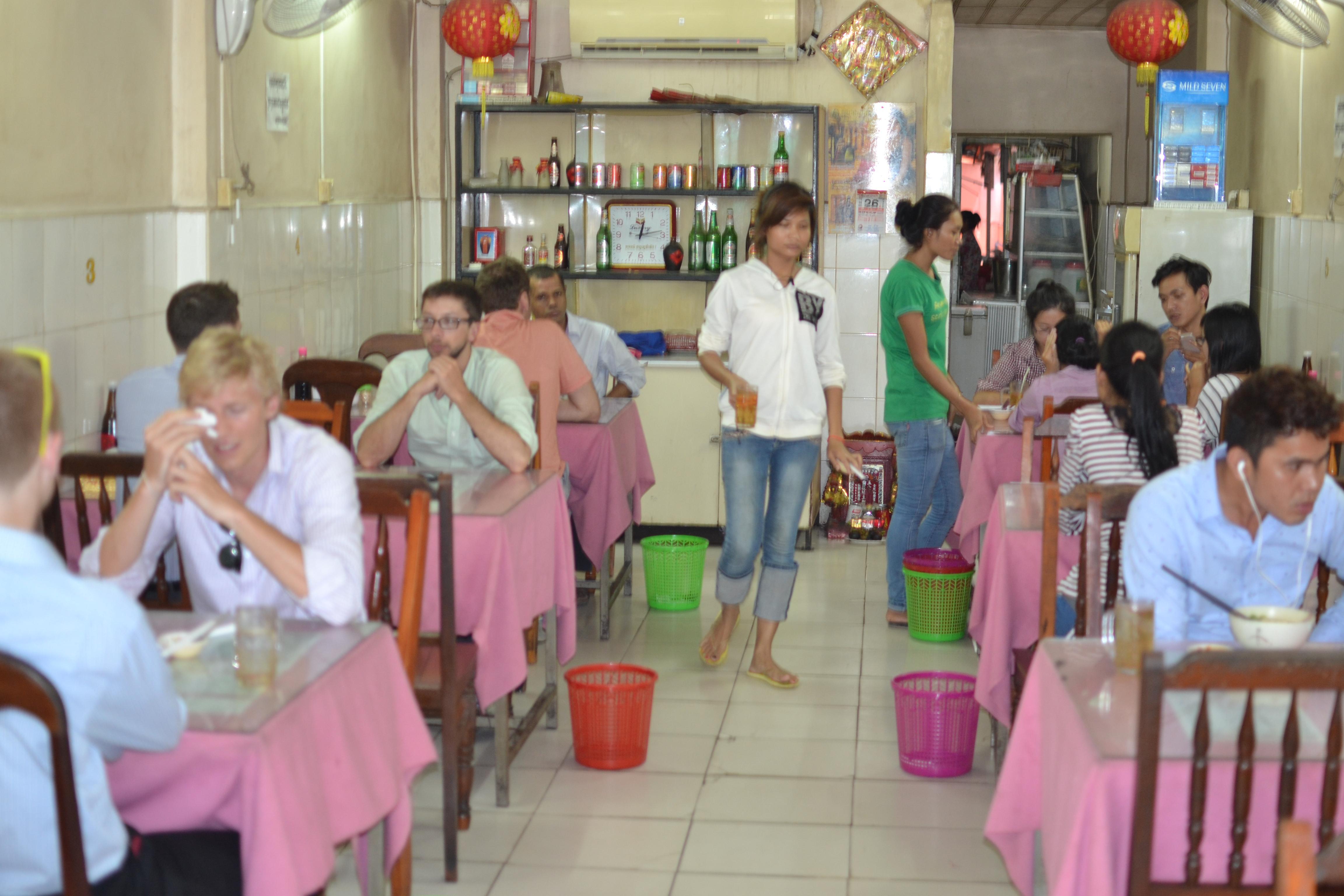 カンボジアのローカル繁盛店!中國拉面